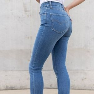 LEVIS 721 HIGH RISE SKINNY LIGHT WASH JEANS NWT 24